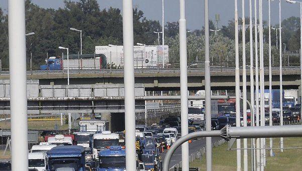Tránsito colapsado en Autopista del Oeste por accidente