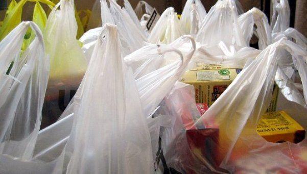 Prohibirán las bolsas plásticas en los supermercados porteños