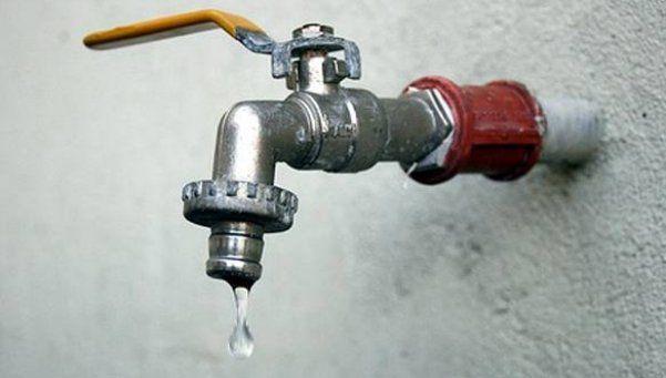 Rotura de caño de agua afecta suministro en oeste del Conurbano