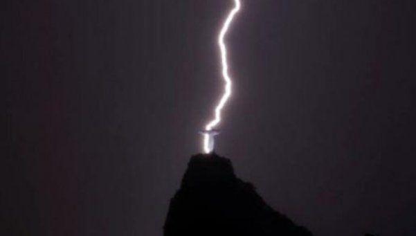 Impactante: rayo atraviesa al Cristo Redentor en Río
