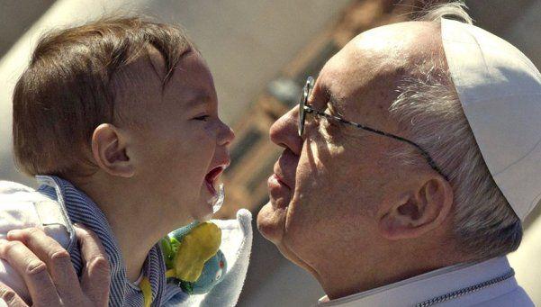 La foto del bebé argentino que besó el Papa recorre el mundo