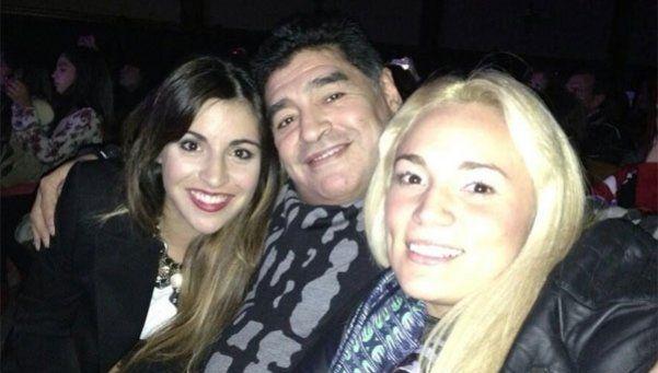 Maradona le cantó a su novia junto a Luciano Pereyra