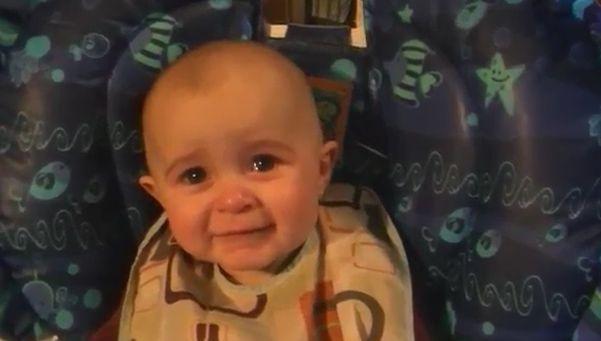 Bebé se emociona al escuchar cantar a su mamá
