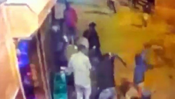Impactante: cámaras de seguridad registran ataque a machetazos