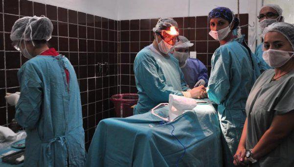 Nació un bebé que fue operado en el vientre de su madre