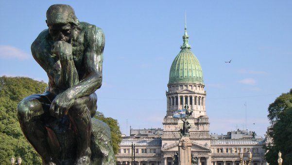 Misterioso crimen de un colombiano en la Plaza de los dos Congresos