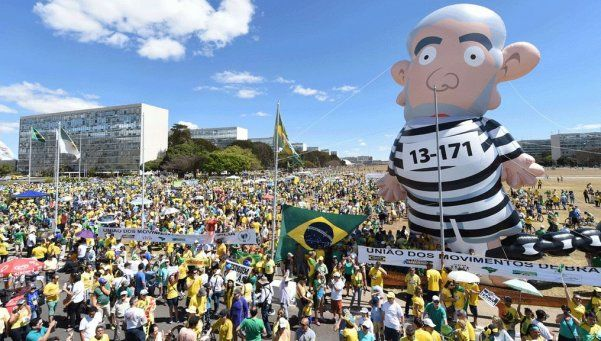 Multitudinaria marcha contra Dilma en Brasil