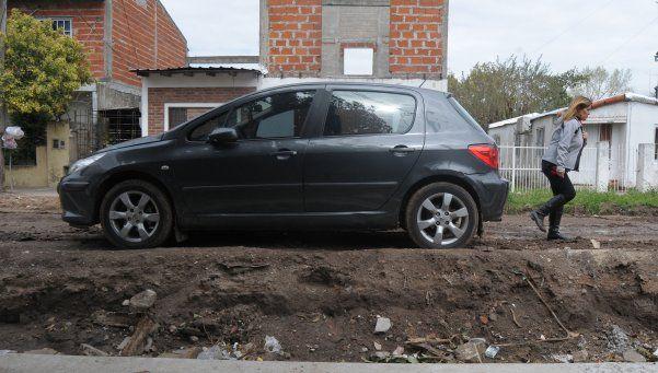 Autos se caen  de la calle  por obra de  asfalto  abandonada