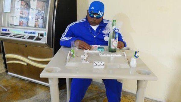 Lo velan jugando al dominó y con una cerveza