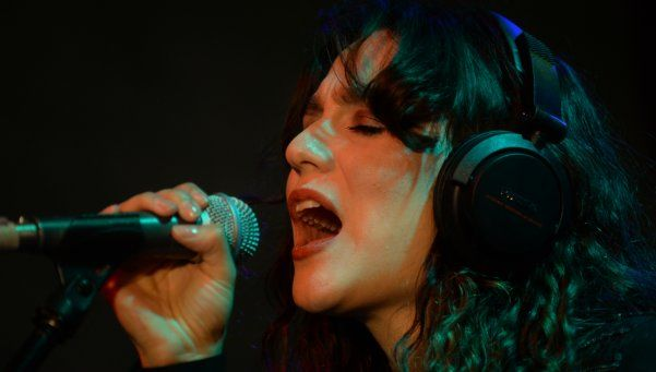 Daniela Herrero y un original show con auriculares
