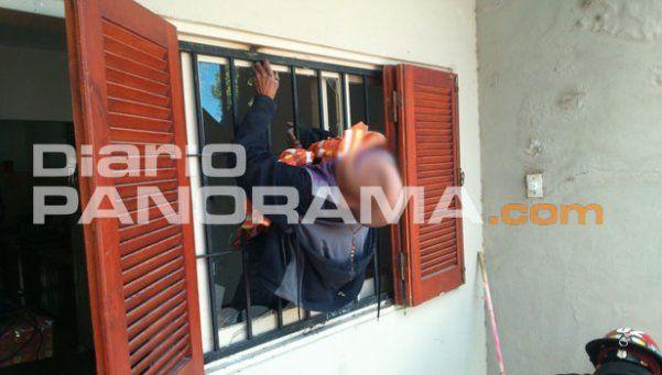 Intentó robar una casa y terminó atravesado por la reja de una ventana
