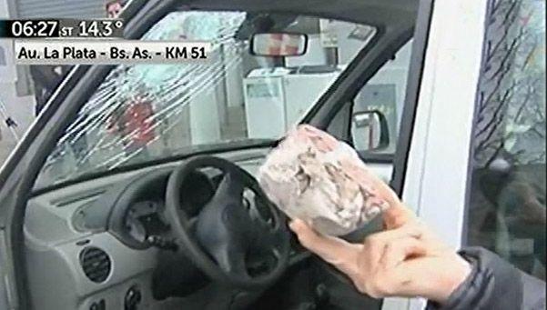 Le estallaron el parabrisas de un piedrazo en la BsAs-La Plata