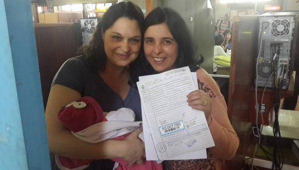 Inscriben a beba con apellidos de dos madres