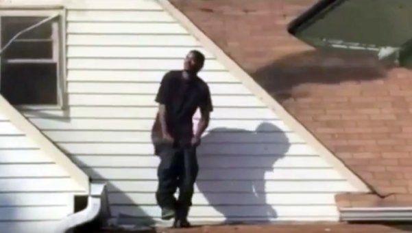 Prendió fuego casa de su ex y lo celebró bailando en el techo