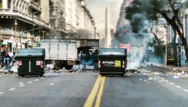 Cartoneros quemaron basura en Diagonal Norte y Florida