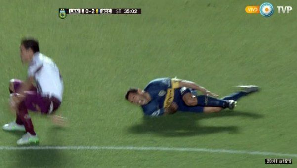 Video | La tremenda patada que hizo volar a Tevez