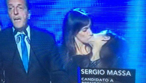 El beso inesperado entre la esposa de Massa y su hija