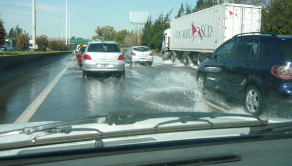 Autopista del Oeste inundada: corte total a la altura de Haedo