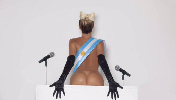 Otra provocación de Xipolitakis: desnuda y con la banda presidencial