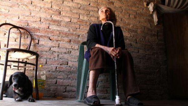 Una anciana durmió y pasó el día con su marido muerto