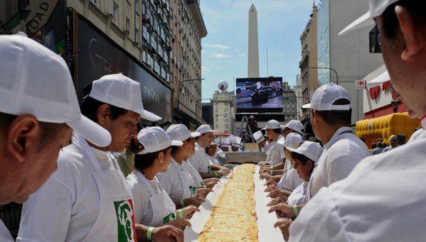 """La avenida Corrientes le dio lugar a la """"pizza más larga"""" de la ciudad"""