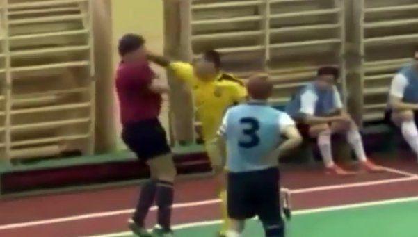 Video | Se enojó con árbitro que lo expulsó y lo trompeó