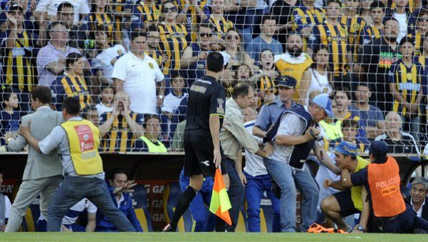 Un plateísta de Central intentó agredir a Arruabarrena