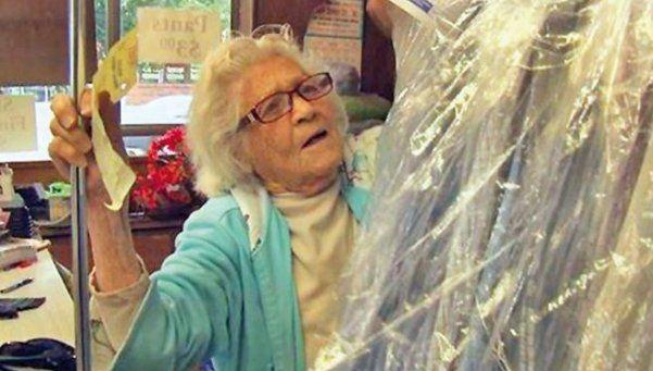 Tiene 100 años  y no falta al trabajo desde los 15