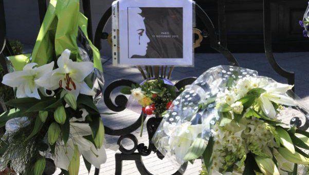 Ofrendas florales y mensajes de solidaridad en Argentina