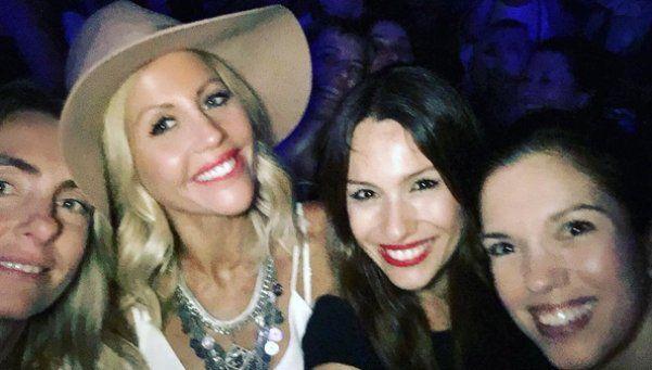 Soltera, Pampita sigue disfrutando de la noche con amigas