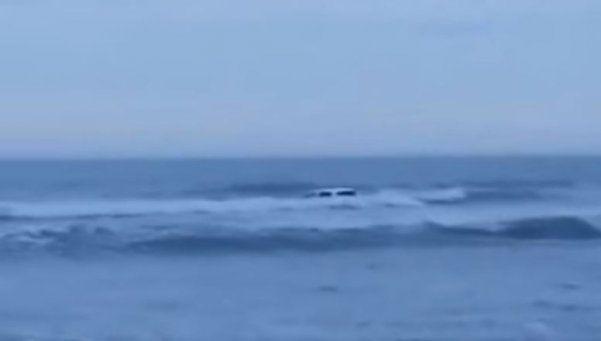 Necochea: se metió con la camioneta en el mar y lo rescataron
