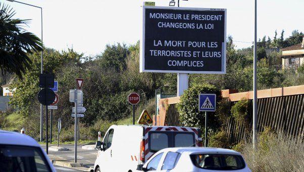 Temor en París: hallan explosivos y armas en un departamento