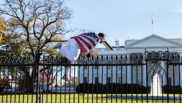 Un intruso casi le hace atragantar el pavo a Obama
