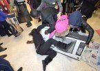 Video | Peleas, arrestos y psicosis por ofertas del Viernes Negro