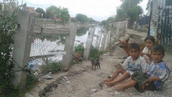 Drama en Bernal: viviendas corren peligro de caer al arroyo Las Piedras