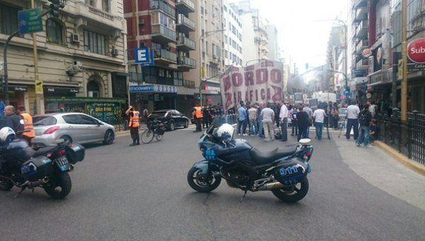 Trabajadores gráficos cortan Corrientes y Callao
