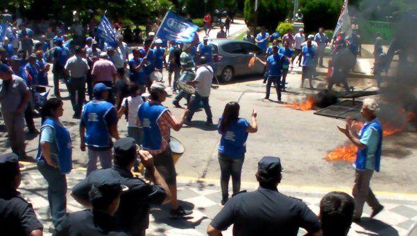 Tensión en Esteban Echeverría ante protesta gremial de municiapales