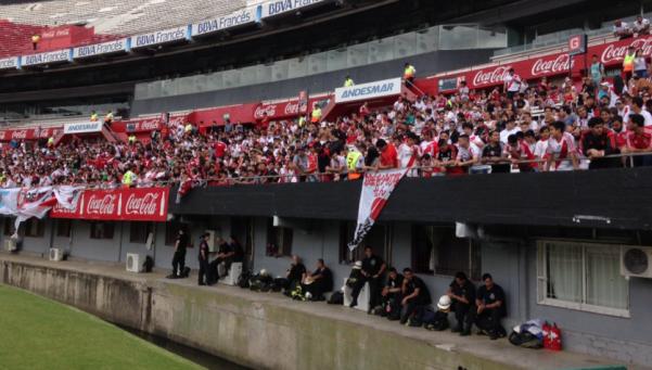 Con una práctica abierta, una multitud despidió a River en el Monumental