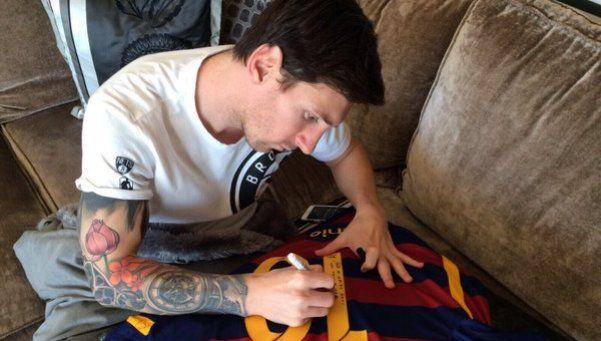 Messi, regalón: le mandó una camiseta a su amigo Ronaldinho