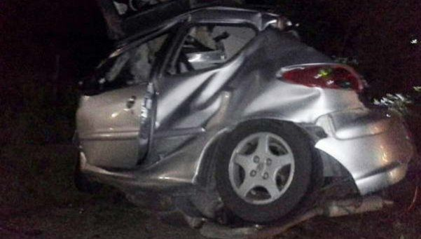 Auto chocó contra un árbol: murieron cuatro jóvenes