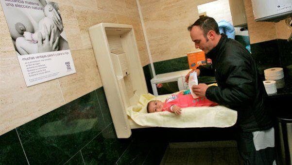 Obligan a tener cambiadores para bebés también en baños de hombres