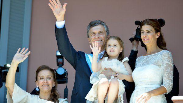 Macri recibió los atributos en Casa Rosada y saludó desde el histórico balcón