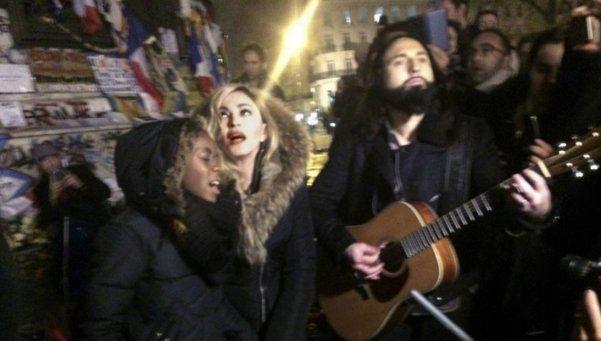 París: Madonna cantó en la calle  en homenaje a las víctimas