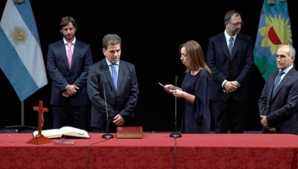 Vidal les tomó juramento a sus ministros en el Teatro Argentino