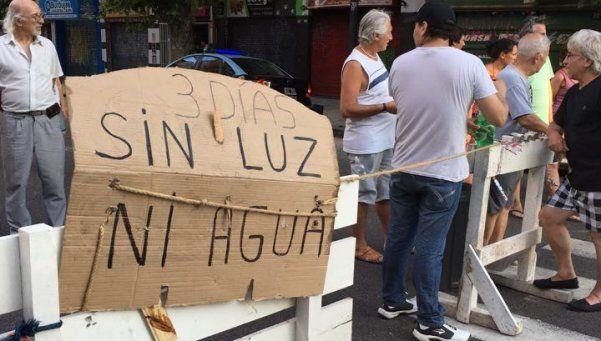 Protesta de vecinos de Caballito sin luz desde hace tres días