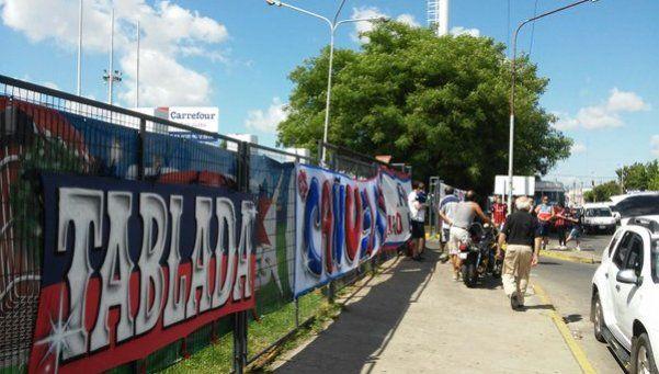 Siguen los bloqueos de hinchas de San Lorenzo en locales de Carrefour