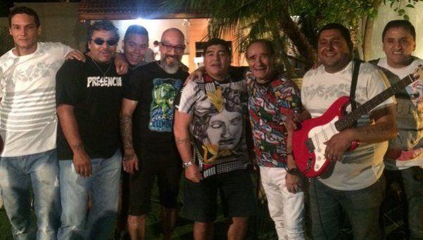Video | Maradona pasó la Navidad con familia y a puro fuego