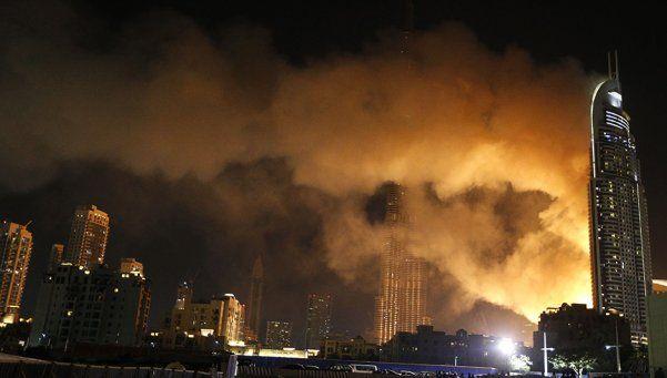 En Dubai recibieron el año mientras se incendiaba un edificio