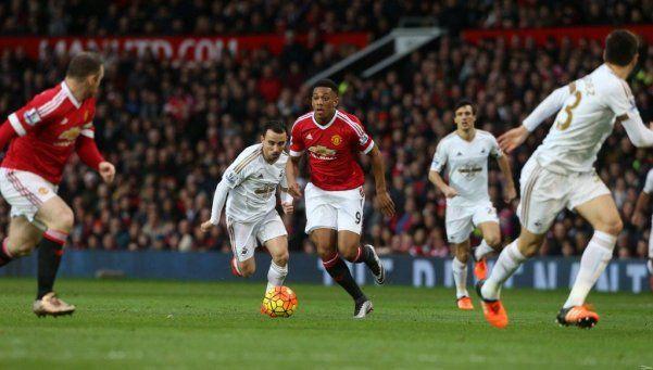 El United le dio aire a Van Gaal con un duro triunfo ante Swansea