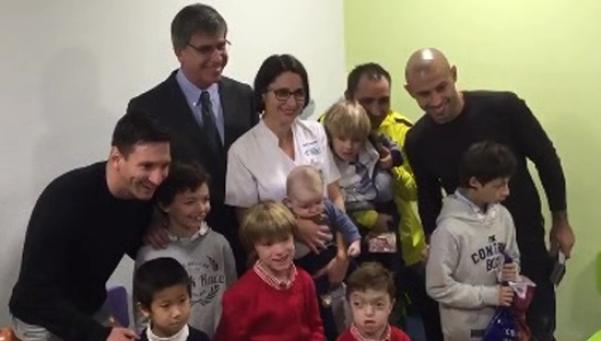 Messi y Mascherano visitaron un hospital de niños en Barcelona
